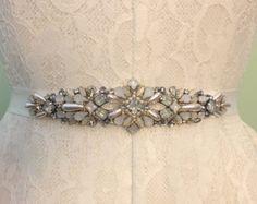 Ivoire, Crystal, opale et perle Vintage bijou inspiré agrémentée de ceinture de ceinture de ruban gros grain