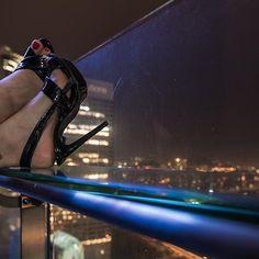 Tacco 14 e una terrazza aperta al trentesimo piano di un grattacielo con vista sullo skyline di Kuala Lumpur! #scarpe #highheels #tacchialti #moda #fashionblogger