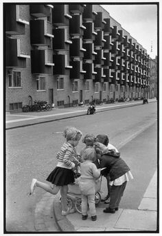 """Cartier Bresson. Afirmaba este autor que """"La fotografía es [...] el impulso espontáneo de una atención visual perpetua, que atrapa el instante y su eternidad."""""""