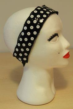 BANDA LENTEJUELAS BLANCA Y NEGRA -  Banda para el pelo realizada con una cinta de lentjuelas blancas y negras. Tiene dos gomas para adaptarse a la cabeza.  Precio: € 18