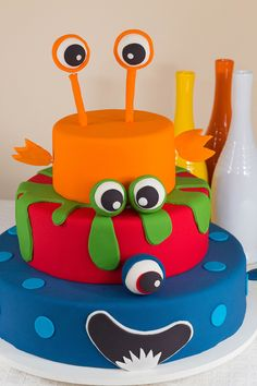 Bolo fake + bolo de corte. Monster Birthday Cakes, Monster 1st Birthdays, Monster Birthday Parties, Mickey Birthday, Baby Birthday, Bolo Original, Scary Cakes, Little Monster Party, Monster Decorations