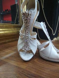 Λευκά Χειροποίητα Νυφικά παπούτσια με πέτρες Swarovski White Bridal Shoes, Valentino, Swarovski, Heels, Fashion, Heel, Moda, Fashion Styles, High Heel