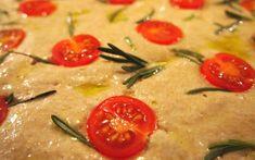 Vollkorn-Focaccia mit Tomaten und Rosmarin
