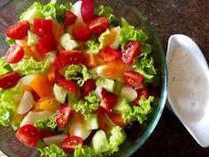 Kolorowa sałatka z ugotowanych na twardo jajek z warzywami polana pysznym sosem. Pasuje chyba na każdą okazje Fruit Salad, Cobb Salad, Guacamole, Salad Recipes, Grilling, Food And Drink, Menu, Ethnic Recipes, Blog