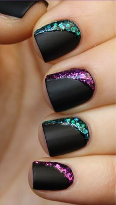 Black Nails With Shiny Glow Each Side This can be chalk and nail Polish. Just nail polish goes first. Then chalk, then little dots of nail polish again. Fancy Nails, Love Nails, Diy Nails, Matte Nails, Sparkly Nails, Nail Nail, Polish Nails, Pink Sparkles, Acrylic Nails