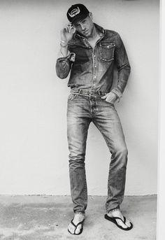 Charlie Hunnam for InStyle Magazine Mode Masculine, Brad Pitt, Canadian Tuxedo, Charlie Hunnam Soa, Barefoot Men, Mens Flip Flops, Instyle Magazine, Male Feet, Sexy Feet