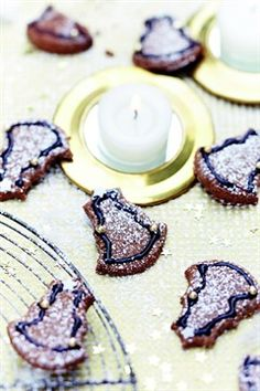 Sapins Chocolat-Noisette  INGRÉDIENTS 120 g de sucre roux 1 œuf 80 g de purée de noisette 250 g de farine 10 g de cacao non sucré 1 pincée de sel 50 g de beurre ramolli Pour le décor stylo à chocolat sucre glace perles en sucre argentées Ouvrir le Convertisseur de mesures PRÉPARATION Dans un saladier, mélangez le sucre et l'œuf à l'aide d'une fourchette. Ajoutez la purée de noisette et remuez bien. Incorporez ensuite la farine, le cacao, le sel et le beurre coupé en petits morceaux. Mélangez…