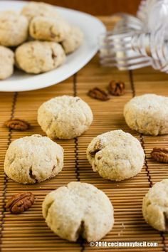 This amazing Mexican walnut cookies are also known as Mexican wedding cookies, Mexican Christmas cookies or simply, polvorones Mexican Sweet Breads, Mexican Bread, Mexican Food Recipes, Sweet Recipes, Cookie Recipes, Dessert Recipes, Mexican Cookies, Mexican Wedding Cookies, Cookies Cupcake