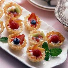 Mini fruit tarts that can be prepared in minutes! These colorful no-bake tarts are delicate in appearance and rich in taste. Easy Fruit Tart, Mini Fruit Tarts, Fruit Tartlets, Mini Tart, Easy Tart Recipes, Fruit Recipes, Dessert Recipes, Land O Lakes Recipes, Panna Cotta