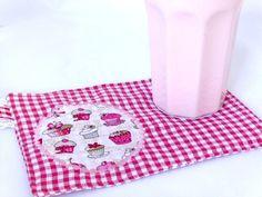 Praktisches Platzset für Naschkatzen:  Kekse und Milchtasse finden ihren Platz, Brösel bleiben auf dem Set und man benötigt keinen Teller.