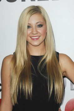 Ava Sambora, daughter of Heather Locklear & Richie Sambora. Straight Hairstyles, Cool Hairstyles, Layered Haircuts With Bangs, Heather Locklear, How To Curl Short Hair, Bleach Blonde, Celebrity Kids, Celebs, Celebrities
