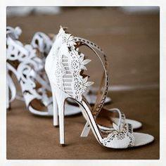 ¡Ay, si Cenienta hubiese visto estos zapatos antes que los de cristal! #zapatos #novia
