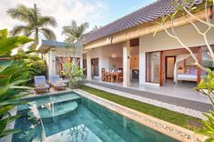 Villa Saudara boasts one of the best locations in Seminyak, designed in contemporary architecture with a tropical twist. Villa Saudara is in Seminyak, Bali. Resort Em Bali, Resort Villa, Tropical House Design, Tropical Houses, Villa Design, Design Hotel, Design Design, House Bali, Private Villa Bali