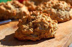 Scones er hyggeilig å servere i ferier og helger, og har reddet mange som har glemt å kjøpe brød. Scones er en rask og god løsning på en akutt brødmangel. Lett å lage og smaker veldig godt. Det finnes mange slags oppskrifter på scones, og de fleste inneholder både mye smør og laget på fint mel. Denne oppskriften har grovt mel og melkeprodukter i stedet. Bruk gjerne rester i sconesen.