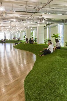 green office spaces simulate parks to promote productivity and well-being – – Cool Office Space Cool Office Space, Office Space Design, Office Workspace, Office Interior Design, Office Interiors, Office Spaces, Office Designs, Workplace Design, Office Ideas
