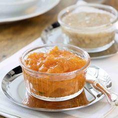 Für die Osterkonfitüre die Möhre waschen, schälen und fein raspeln. Mit der Aprikosenkonfitüre und den Pistazien verrühren. Für den Zimt-Nuss-Honig...