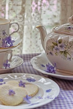 It is so lovely to have tea time with friends at the comfort of one's home! .❤️Aline