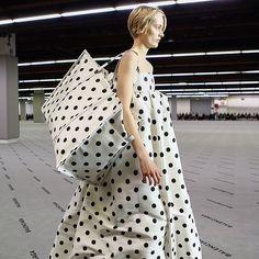 #DemnaGvasaglia continua a homenagear (e reinventar) o legado de Cristóbal Balenciaga. Nesta temporada ele olhou para a alta-costura arquitetônica do fundador da @balenciaga com os vestidos-balão e baby-doll ganhando estampas xadrez e de bolinhas por exemplo. Destaque também para as bolsas em tamanho máxi que logo devem aparecer nas ruas. #LOFFama #pfw  via L'OFFICIEL BRASIL MAGAZINE INSTAGRAM - Fashion Campaigns  Haute Couture  Advertising  Editorial Photography  Magazine Cover Designs…