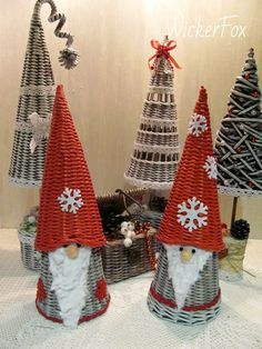 Make from rolled newspaper Paper Basket Weaving, Willow Weaving, Weaving Art, New Year's Crafts, Diy And Crafts, Christmas Crafts, Christmas Ornaments, Christmas Baskets, Christmas Love