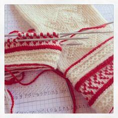 Knitting Stitches, Knitting Yarn, Baby Knitting, Knitting Patterns, Fingerless Mittens, Knit Mittens, Knitted Gloves, Wrist Warmers, Fair Isle Knitting
