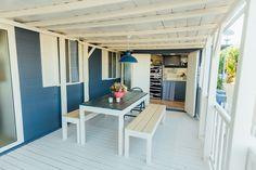 Mobil Home de alquiler, con vistas al mar, en el camping situado en la Costa Dorada. Parking, Loft, Sea, Navy, Furniture, Home Decor, Ocean Views, Ocean Waves, Single Beds
