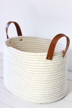 Panier en corde sans couture DIY No-Sew Rope Coil Basket / alice & lois Glue Gun Crafts, Rope Crafts, Diy Crafts, Diy Glue, Decor Crafts, Rope Basket, Basket Weaving, Blanket Basket, Sisal