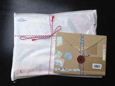 Sinto-me hoje um pouco como o Sr. Costas, o carteiro da ilha: de saco à costas e carrinho pela mão, lá vou eu pelas rua da cidade até aos co... Gift Wrapping, Gifts, City Streets, Shelf Wall, Island, Bass, Sacks, Letters, Gift Wrapping Paper