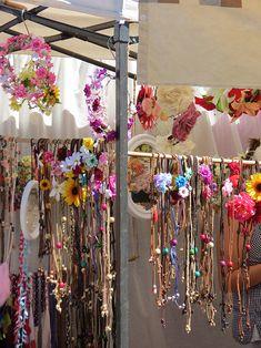Hippiemarkt Las Dalias. Deze hippiemarkt is van 1 mei tot 31 oktober elke zaterdag van 10.00 tot 20.00 u. plaats. De eerste markt vond plaats in 1985, met slechts vijf kramen. Vandaag staan er meer dan 200 kramen en trekt de markt gemiddeld 20 000 bezoekers op zaterdag. To do!