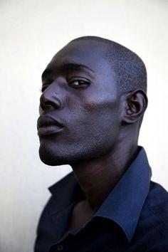 Ernst Coppejans fotografeerde worstelaars in Senegal - NEW DAWN blue light/undertone