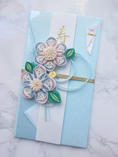 ふんわりパステルカラーが可愛いご祝儀袋です。名前を書く紙は取りはずし可能。持ち運ぶときなどを考えてなるべく潰れにくいデザインにしました。(紙なので限度はあります。ご注意下さい一番のポイントは、クイリングで作ったお花。専用の細長い紙をくるくる巻いて作るクイ...