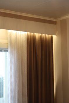 Nopea valaistuksen parannus makuuhuoneessa. Tarrakiinnitteinen 3000 K Airam led -nauhan verhokapan sisäpuolelle. #led #valaistus #lightningimprovement Roman Blinds, Diy Interior, Curtains, Led, Decoration, Simple, Ideas, Home Decor, Decorating