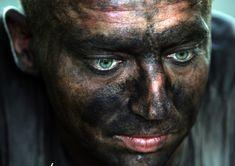 Un rescatador descansa durante las tareas de rescate de los mineros atrapados en la mina de carbón de Sukhodolskaya-Vostochnaya (Ucrania), tras una explosión / A rescuer rests during the rescue of the miners trapped at Sukhodolskaya-Vostochnaya coal mine (Ukraine), after an explosion [29.07.11]