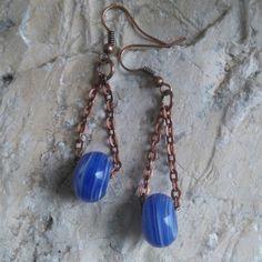 Koperen oorbellen met donkerblauwe glaskraal.  www.facebook.nl/kikakoscreaties