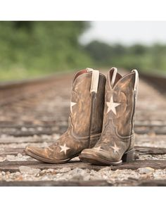 Get wish-on-a-star style by Colt Ford and Rebel Boots! Seeing Stars features honey leather that is charcoaled to give it the signature vintage color. Cream pull straps and star inlays add the perfect touch of dazzling flair.