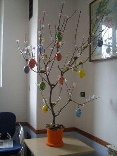 Albero decorato con le uova - uova colorate per decorare l'albero di Pasqua