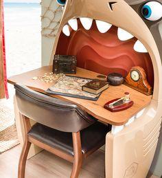 Scrivania di squalo 20.13.1103.00 le camerette per bambini Cilek Black Pirate Questa scrivania fantastica é consigliata per amanti di squali e nave di etá 3-12. Adatto per giocare, ma nello stesso tempo anche per studiare.