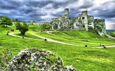 The town of Ogrodzieniec in Zawiercie County, Poland contains the ruins of a spectacular medieval castle that was built during the 14th century by the Sulimczyk family.