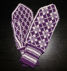 Ravelry: Oldemors Roser pattern by Beate Bratgjerd Mittens Pattern, Knit Mittens, Wool Gloves, Mitten Gloves, Wrist Warmers, Free Knitting, Knitting Projects, Ravelry, Knit Crochet