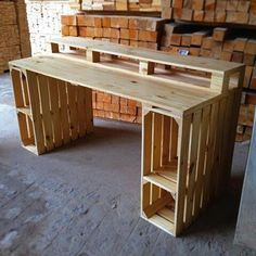 Escritorio al mejor estilo palets. Desk in the best pallet style. Related posts: Pallet Wood Desk with 2 Drawers, Center Shelf and 2 Lower Shelves Pallet Wood Furniture Ideas Pallet Desk, Diy Wood Desk, Diy Desk, Diy Furniture Table, Kitchen Furniture, Furniture Makeover, Furniture Design, Furniture Ideas, Wood Crate Furniture