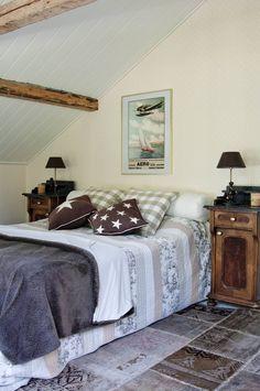 Keskimmäisen pojan ruskeasävyisen huoneen lamput, tyynyt ja matto ovat…