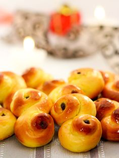 Swedish Saffron Buns by caputmuncicibus The traditional fare on Santa Lucia Day December 13 these buns are sweet soft and tasty Swedish Recipes, Sweet Recipes, Swedish Foods, Scandinavian Recipes, 1 Advent, Bread Bun, Yummy Food, Tasty, Bread And Pastries