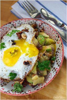 Warmer Rosenkohl-Kartoffelsalat mit Speck, Haselnüssen, Honig und einem knusprigen Spiegelei.