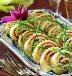 Omelettrulle fylld med färskost, stenbitsrom och gräslök. Buffet, Ratatouille, Caprese Salad, Lchf, Sushi, Low Carb, Snacks, Breakfast, Ethnic Recipes