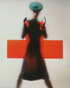 1945, red cross for vogue - Erwin BLUMENFELD