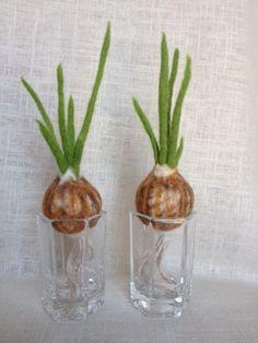 Needle Felted Green Onion Bulbs by AwesomelyCreations on Etsy Wet Felting, Needle Felting, Fiber Fruits, Felt Mushroom, Felt Play Food, Felt Projects, Felt Ball, Shrek, Felt Toys