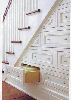 Tiroirs sous l'escalier