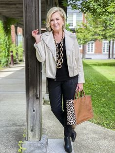 Mature Fashion, Over 50 Womens Fashion, Fashion Over 50, Fashion Blogs, Style Fashion, Winter Fashion Outfits, Edgy Outfits, Autumn Fashion, Stylish Older Women