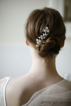 This the Jennifer Behr Violet Comb with delicate Swarovski flower crystals stands out in a volumized, tousled chignon bridal hair-do and is perfect for your wedding ceremony. for the reception, take your hair down to allow loose curls from the chignon to flow around your face. Then take the comb and pin to one side on your hair for a luxurious and simple option to a quick change.