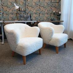 Jalo-nojatuolit verhoiltiin aidolla lampaantaljalla. Tämä on niin upea parivaljakko! Armchair, Furniture, Home Decor, Sofa Chair, Single Sofa, Decoration Home, Room Decor, Home Furnishings, Home Interior Design
