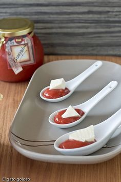el gato goloso: Mermelada de Guayaba {great way to serve the guava paste for a display}